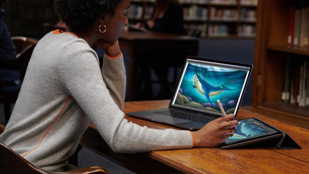 Sidecar permite usar iPad para ampliar tela do Mac no macOS Catalina — Foto: Divulgação/Apple